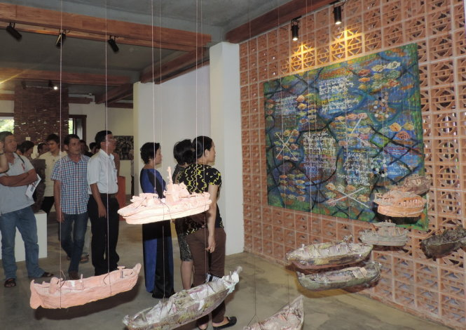 Visitors are attracted by the paintings and installation art in Conversation - Photo: Hoang Duy